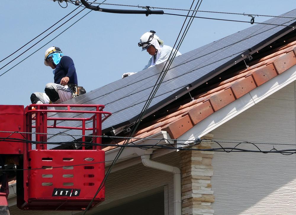 高所作業車を使った太陽光パネルの鳥害対策工事